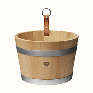 Groom stable bucket
